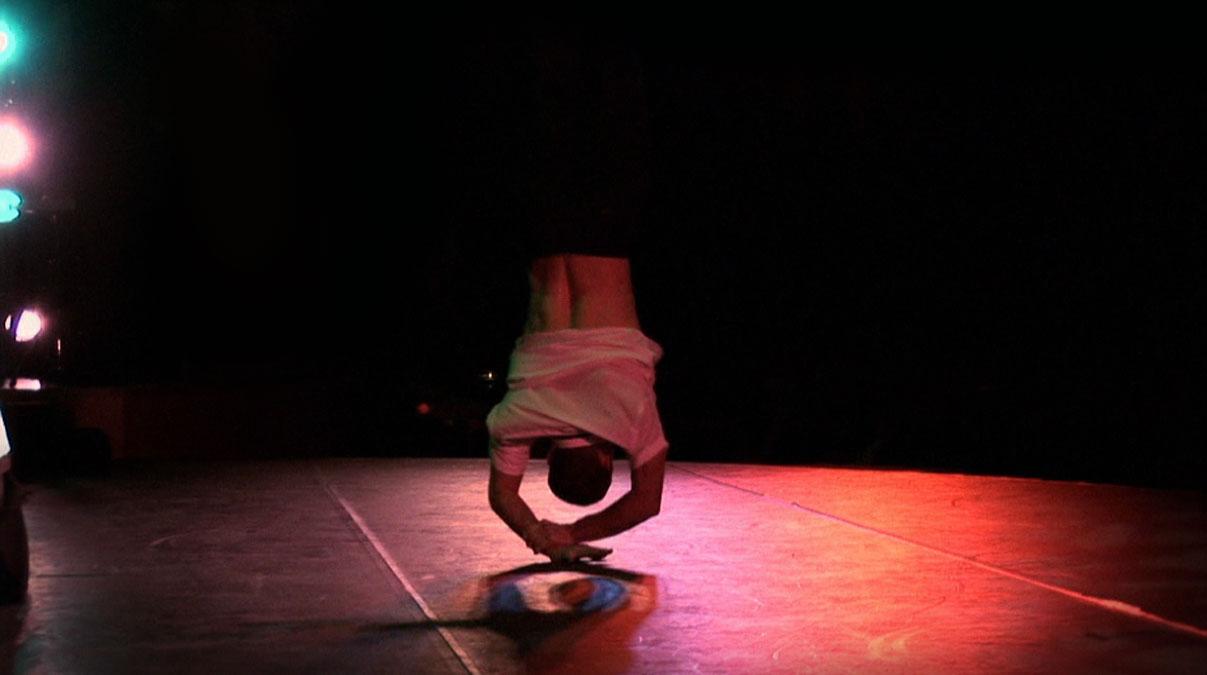 Voltige de Maxime Vicente, danseur de la Cie Pockemon Crew.