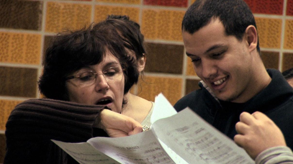 Marie-Laure Teissèdre (directrice artistique et musicale du Choeur Emelthée) guide Riyad Fghani, chorégraphe de la Cie Pockemon Crew qui s'essaye au chant.