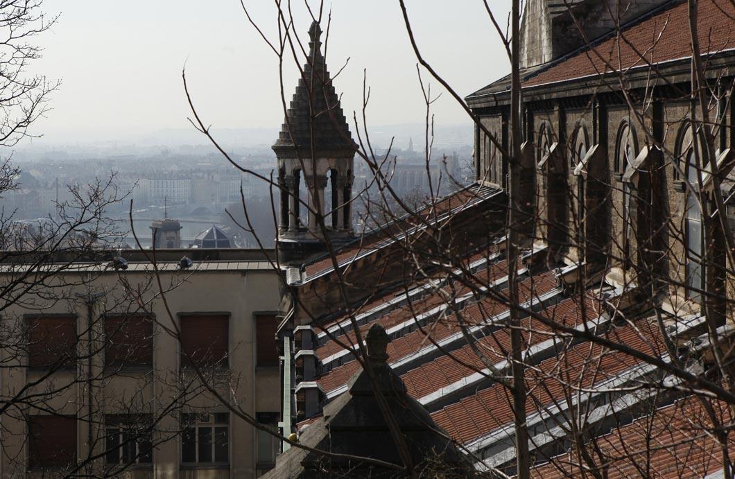 Rue Neyret à Lyon. Eglise désaffectée du Bon Pasteur et ancien bâtiment des Beaux-Arts construit dans les années soixante à l'emplacement de la caserne qui abritait après-guerre les Beaux-Arts de Lyon.
