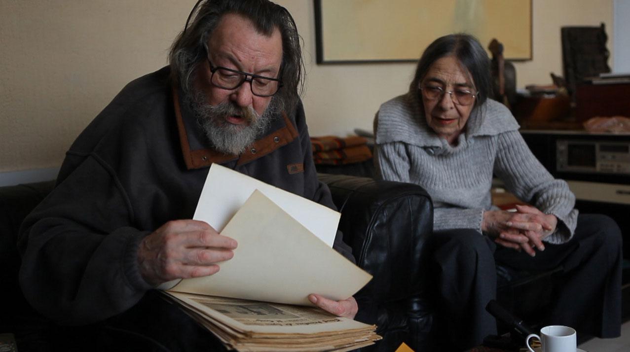 Jean et Michelle Janoir lisent de vieilles coupures de presse.
