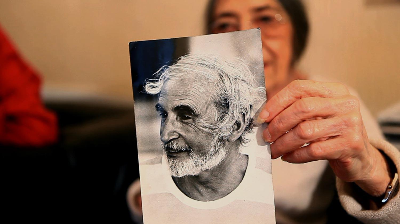 Michelle Janoir nous montre une photo de Jean-Jacques Lerrant par Gérard Amsellem.