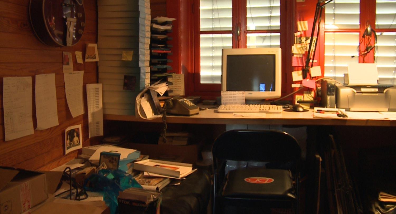 Le bureau de Janoir et l'ordinateur avec lequel il créait ses peintures numériques.